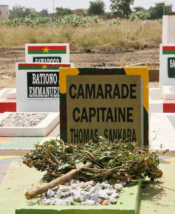 La tombe de Thomas Sankara et celles de ses 12 collaborateurs assassinés en même temps, le 15 octobre 1987 à Ouagadougou. (Photo AFP/Kambou Sia)