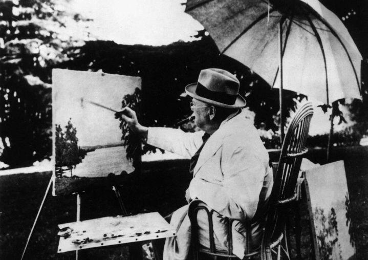 Churchill s'adonnant à la peinture.  (L.R.C./SIPA)