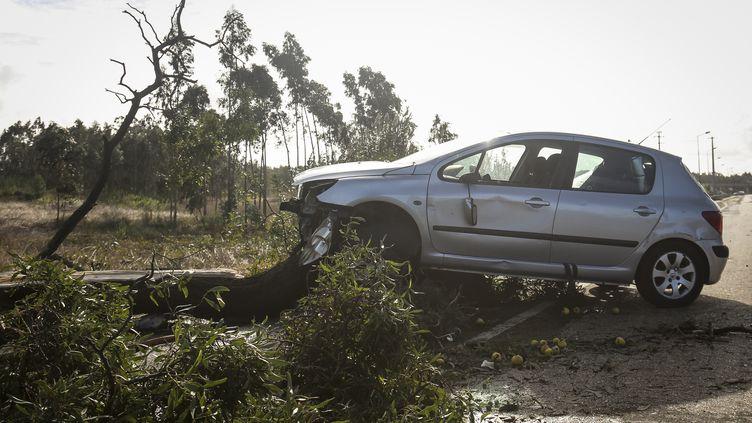 Une voiture endommagée par la tempête Leslie, le 14octobre2018 àFigueira da Foz(Portugal). (CARLOS COSTA / AFP)