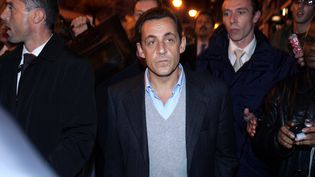 Nisolas Sarkozy, alors ministre de l'Intérieur, visite le quartier de la Dalle, à Argenteuil (Val d'Oise), le 25 octobre 2005. (JOEL SAGET / AFP)