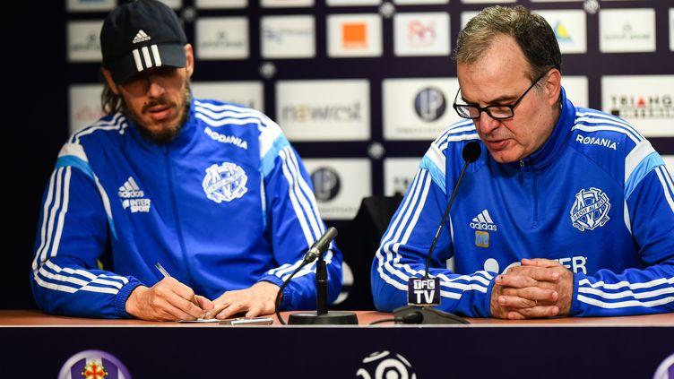 Le traducteur Fabrice Olszewski (à gauche) aux côtés de l'entraîneur argentin de l'Olympique de Marseille, Marcelo Bielsa, le 6 mars 2015 à Toulouse (Haute-Garonne). (LANCELOT FREDERIC / SIPA)