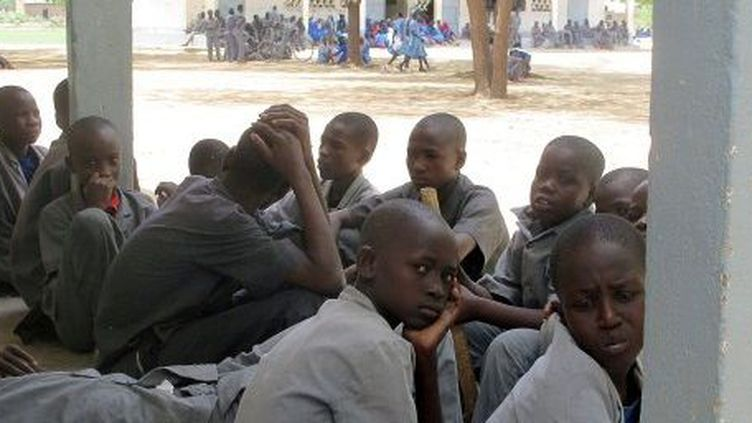 Les jeunes lycéens de Fotokol (Cameroun), apeurés, craignent les attaques de plus en plus fréquentes de la secte Boko Haram, présente à la frontière nigériane. (AFP PHOTO / REINNIER KAZE)