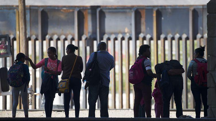 Des migrants à El Paso, au Texas (Etats-Unis), le 4 juin 2019. (JOE RAEDLE / GETTY IMAGES NORTH AMERICA / AFP)