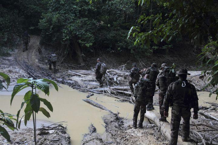 Des militaires français cherchent des sites d'orpaillage illégal dans la forêt amazonienne, près de Saint-Laurent-du-Maroni (Guyane), le 30 octobre 2012. (RANU ABHELAKH / REUTERS)