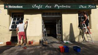 Les gérants du Café des Pyrénées, à Bayonne (Pyrénées-Atlantiques), préparent la réouverture, le 31 mai 2020. (GAIZKA IROZ / AFP)