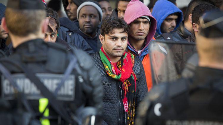 Des migrants sont évacués du campement situé sous la station de métro Stalingrad, le 2 mai 2016 à Paris. (GEOFFROY VAN DER HASSELT / AFP)