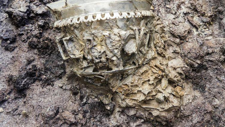 Un vase en verre de l'époque romaine tardive découvert dans une nécropole à Autun (Saône-et-Loire) (INRAP / AFP)