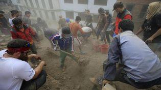 Les recherches se poursuivent à Katmandou (Népal), mardi 28 avril 2015, pour retrouver des victimes du séisme. ( ANADOLU AGENCY / AFP)