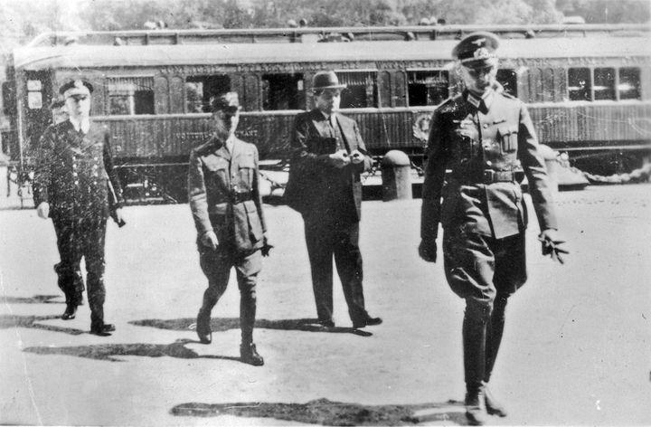Le général CharlesHuntzigers'éloignant du wagon où il vient de signer l'armistice au nom de la France, le 22 juin 1940 à Compiègne (Oise). (PATRICK KOVACS / X02757 / AFP)