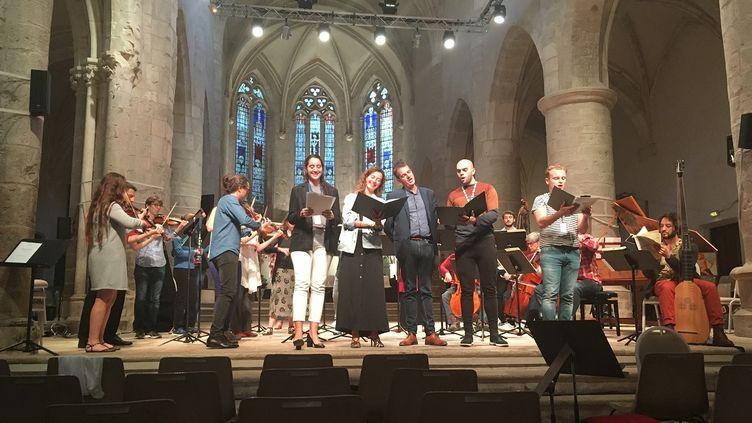 Philippe Jaroussky avec son Académie à Ambronay le samedi 14 septembre 2019. A la droite de Jaroussky, le ténor Benoît Rameau. (LORENZO CIAVARINI AZZI/FRANCEINFO CULTURE)