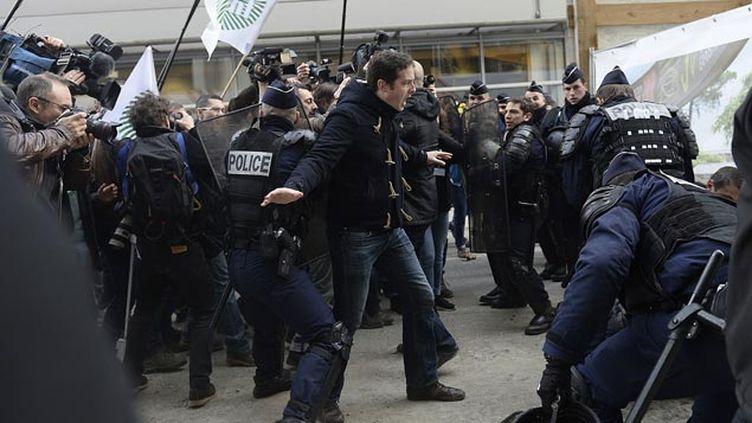 (L'interpellation d'un des manifestants dans une ambiance très tendue © ESTEBAN/SIPA)
