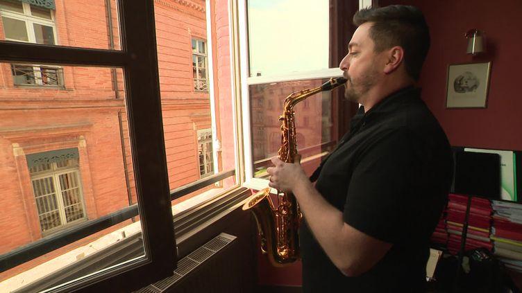 """Une vingtaine de musiciens ont participé à l'opération """"Fenêtres musicales"""" (P. Zahn / France Télévisions)"""