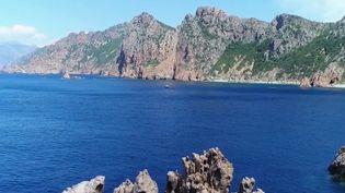 C'est l'un des joyaux de la Corse. Les calanques de Piana (Corse-du-Sud) offrent un paysage à couper le souffle, entre montagne et mer. (France 2)