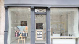 Photo prise le 22 mars 2020 à Paris montrant une peinture représentant des personnes avec des masques protecteurs dans une galerie d'art caprès la fermeture des galeries d'art le 19 mars 2021 pour limiter la propagation du COVID-19 (LUDOVIC MARIN / AFP)
