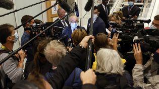 Le président du Conseil représentatif des institutions juives de France, Francis Kalifat, répond aux journalistes avant d'assister au procès des attentats de janvier 2015, le 2 septembre 2020, à Paris. (THOMAS COEX / AFP)