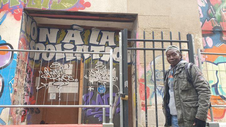 Lassina Traoré-Tagara, devant l'entrée de son ancien immeuble à Saint-Denis (Seine-Saint-Denis), le 11 novembre 2020. (CHARLES-EDOUARD AMA KOFFI / FRANCEINFO)