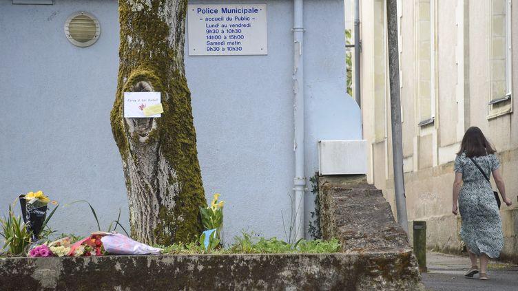 Le 29 mai 2021, devant les locaux de la police municipaleà La Chapelle-sur-Erdre, où une policièreaété grièvement blessée la veille. (SEBASTIEN SALOM-GOMIS / AFP)