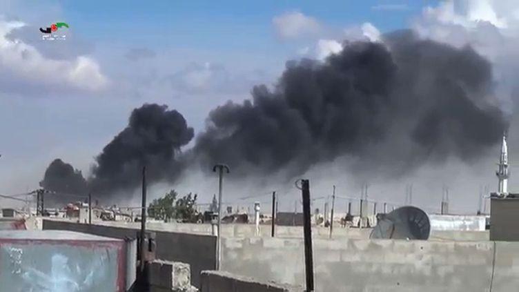 De la fumée s'échappe du centre de Talbisseh, dans la province de Homs (Syrie), le 30 septembre 2015, après des frappes russes et syriennes dans la région. (HOMS MEDIA CENTER / AFP)