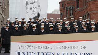 Des militaires de la US Naval Academy, sur Dealey Plaza, l'endroit où a été tué JFK,à Dallas (Texas),cinquante ans après son assassinat. (JIM BOURG / REUTERS)