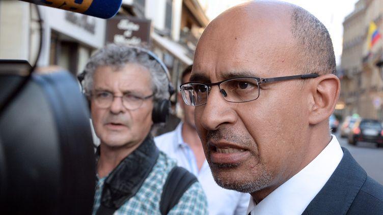 Le premier sécretaire du PS, Harlem Désir, répond aux questions des journalistes devant l'Elysée, à Paris, le 22 juillet 2013. (PIERRE ANDRIEU / AFP)