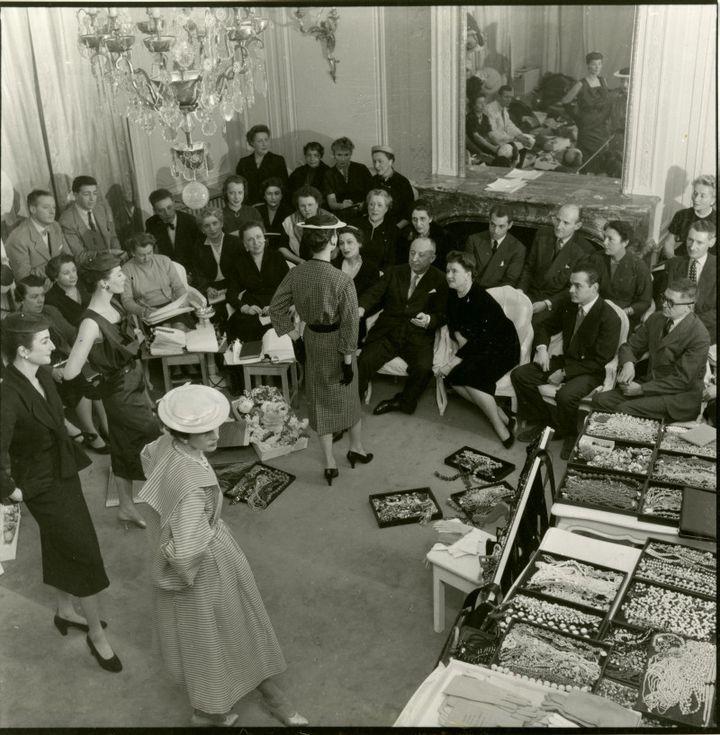 Christian Dior entouré de ses collaborateurs lors de la préparation d'un défilé (© Tous droits réservés)
