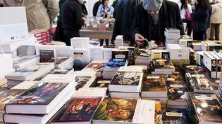 Piles de livres exposés au Salon du livre à la porte de Versailles, à Paris, le 16 mars 2018. (MAGALI COHEN / HANS LUCAS)