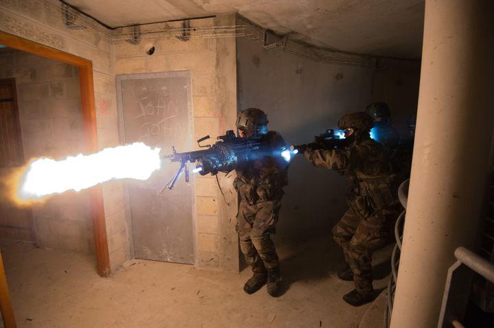 (Si les balles sont à blanc, la combustion, elle, est bien réelle © Armée de terre)
