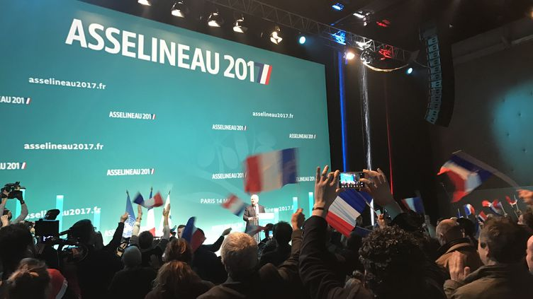 Le candidat de l'UPR à l'élection présidentielle, François Asselineau, lors d'un meeting à Saint-Denis (Seine-Saint-Denis), le 14 mars 2017. (LOUIS BOY / FRANCEINFO)