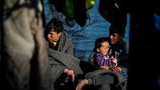 De jeunes garçons arrivés de la Turquie ont rejoint l'île grecque de Lesbos, comme des milliers de migrants. (EUROKINISSI / MAXPPP)