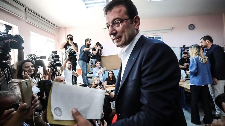 Ekrem Imamoglu, candidat de l'opposition aux municipales à Istanbul (Turquie), s'apprête à voter dans un bureau de la ville, le 23 juin 2019. (SEBNEM COSKUN / ANADOLU AGENCY / AFP)