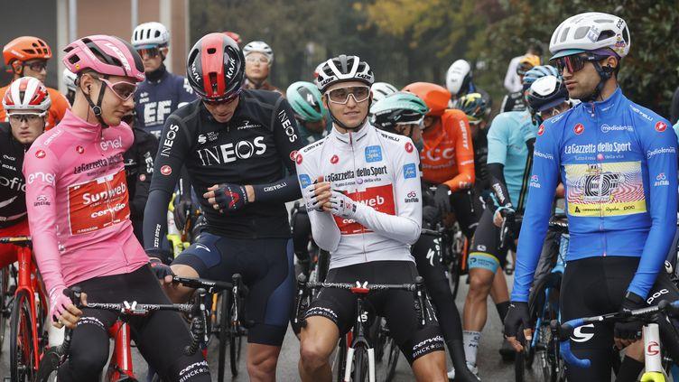 De gauche à droite : Wilco Kelderman, Rohan Dennis, Jai Hindley et Ruben Guerreiro avant le départ de la 19e étape raccourcie sur le Giro. (LUCA BETTINI / AFP)