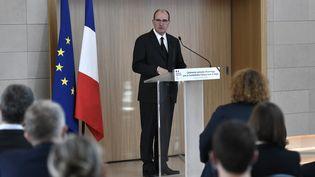 Jean Castex donne un discours en hommage aux humanitaires français tués au Niger, le 14 août 2020. (STEPHANE DE SAKUTIN / AFP)
