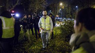 """La figure des """"gilets jaunes"""" Eric Drouet (centre), lors d'une manifestation à Paris, le 17 novembre 2018. (CHRISTOPHE PETIT TESSON / EPA / AFP)"""