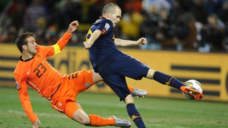 Iniesta adresse sa reprise victorieuse malgré le tacle de Van der Vaart