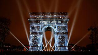 L'Arc de Triomphe souhaite la bonne année aux Parisiens venusfaire le décompte sur les Champs Elysées. (GEOFFROY VAN DER HASSELT / ANADOLU AGENCY)
