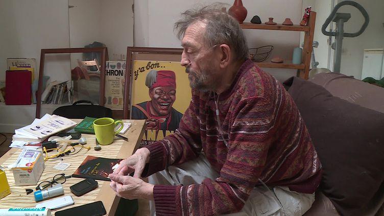 Un retraité souffrant d'une pathologie respiratoire discute au téléphone avec la conseillère d'une maison de solidarité de Toulouse. (FRANCEINFO)