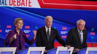 Elizabeth Warren, Joe Biden et Bernie Sanders lors d'un débat pour les primaires du Parti démocrate, le 14 janvier 2020, à Des Moines (Iowa, Etats-Unis). (SCOTT OLSON / GETTY IMAGES NORTH AMERICA / AFP)