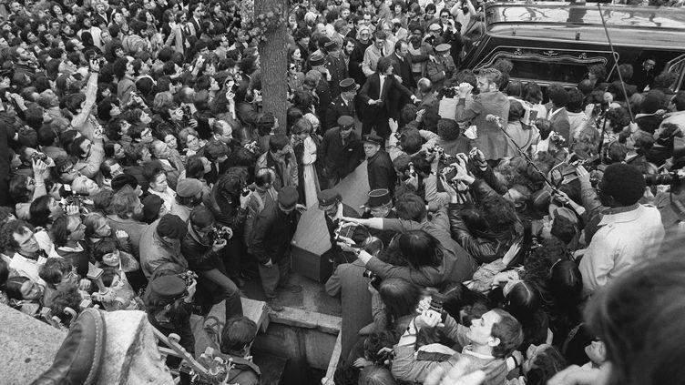 La foule auxfunérailles de l'écrivain et philosophe Jean-Paul Sartre, au cimetière du Montparnasse, le 19 avril 1980. (GEORGES BENDRIHEM / AFP)