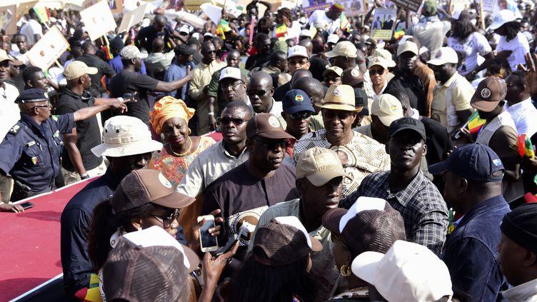 Le président sénéglais sortant, Macky Sall, qui brigue un second mandat lors de l'élection du 24 février 2019, avance au milieu de ses partisans avantun meetingplace de l'Obélisque à Dakar le 21 février. (SEYLLOU / AFP)
