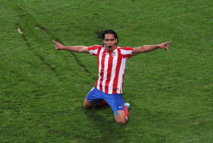 L'attaquant de l'Atlético Madrid, Radamel Falcao, fête un but lors de la finale de la Ligue Europa, le 9 mai 2012, à Bucarest, contre l'Athletic Bilbao. (SCOTT HEAVEY / GETTY IMAGES EUROPE)