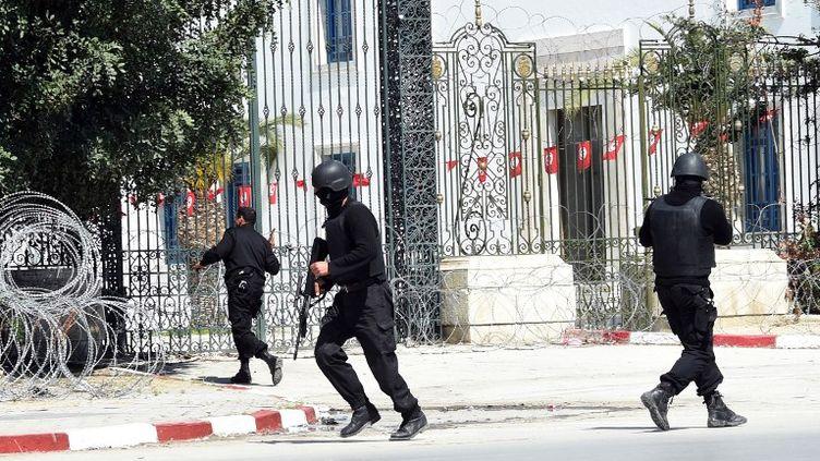 Des policiers tunisiens interviennent près du musée Bardo, à Tunis, après une fusillade survenue le 18 mars 2015. (FETHI BELAID / AFP)