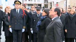 La maire de Paris Anne Hidalgo et le président François Hollande dévoilent une plaque commémorative à la mémoire des victimes des attentats de janvier 2015, le 5 janvier 2016 à Paris. (FRANCETV INFO)
