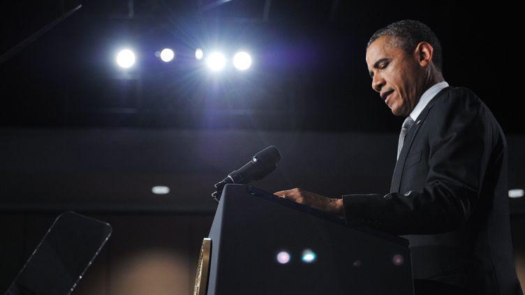 Barack Obamaa fait observer un moment de recueillement pour les victimes de la fusillade d'Aurora (Colorado), vendredi 20 juillet, à Fort Myers (Floride). (MANDEL NGAN / AFP)