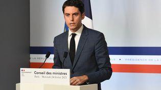 Le porte-parole du gouvernement, Gabriel Attal, s'exprime à l'issue d'un conseil des ministres, le 24 février 2021, à l'Elysée. (ALAIN JOCARD / AFP)