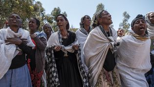 Ces Ethiopiennes pleurent les victimes d'un massacre qui aurait été perpétré par des soldats érythréens dans le village de Dengolat, au nord de Mekele, la capitale du Tigré, le 26 février 2021. (EDUARDO SOTERAS / AFP)