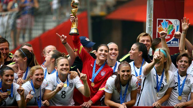 Le bonheur des Américaines, championnes du monde, autour de leur capitaine Hope Solo (RONALD MARTINEZ / GETTY IMAGES NORTH AMERICA)
