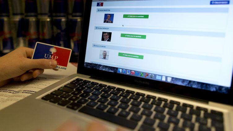 Un militant de l'UMP s'apprête à voter par internet pour désigner le président du parti, le 28 novembre 2014, à Paris. (KENZO TRIBOUILLARD / AFP)