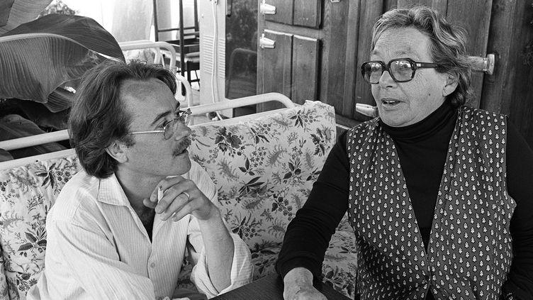 Yann Andréa et Marguerite Duras lors du Festival du jeune cinéma de Hyères, en septembre 1981.  (Gérard Fouet/AFP)