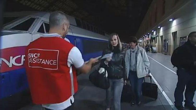 Des passagers en provenance de Paris arrivent à la gare de Marseille, le 28 mai 2012, après un trajet deux fois plus long que prévu et marqué par des perturbations en cascade. (FTVI / FRANCE 2)