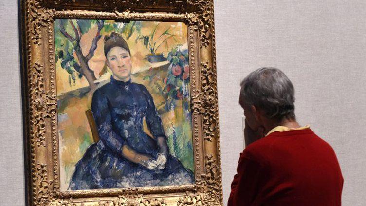 """Un visiteur devant unPortrait de Hortense Fiquet, """"Madame Cézanne"""", par Cézanne, au Metropolitan Museum de New York  (DON EMMERT / AFP)"""